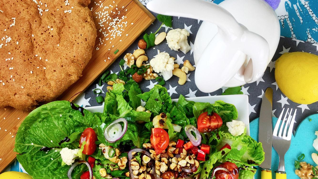 Knackiger Brotsalat mit Karfiol, Birnen und Nüssen