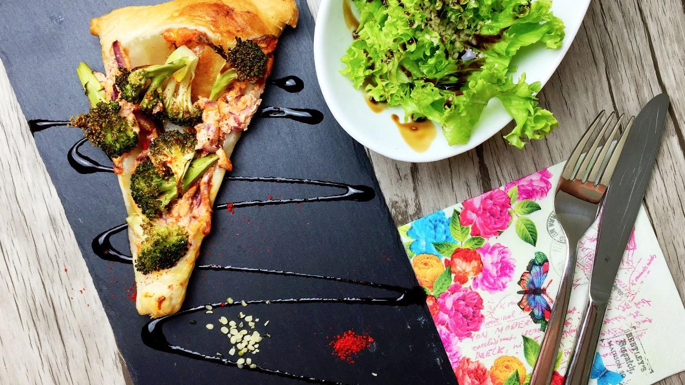 Brokkoli-Blätterteig-Flûtes mit frischem Salat